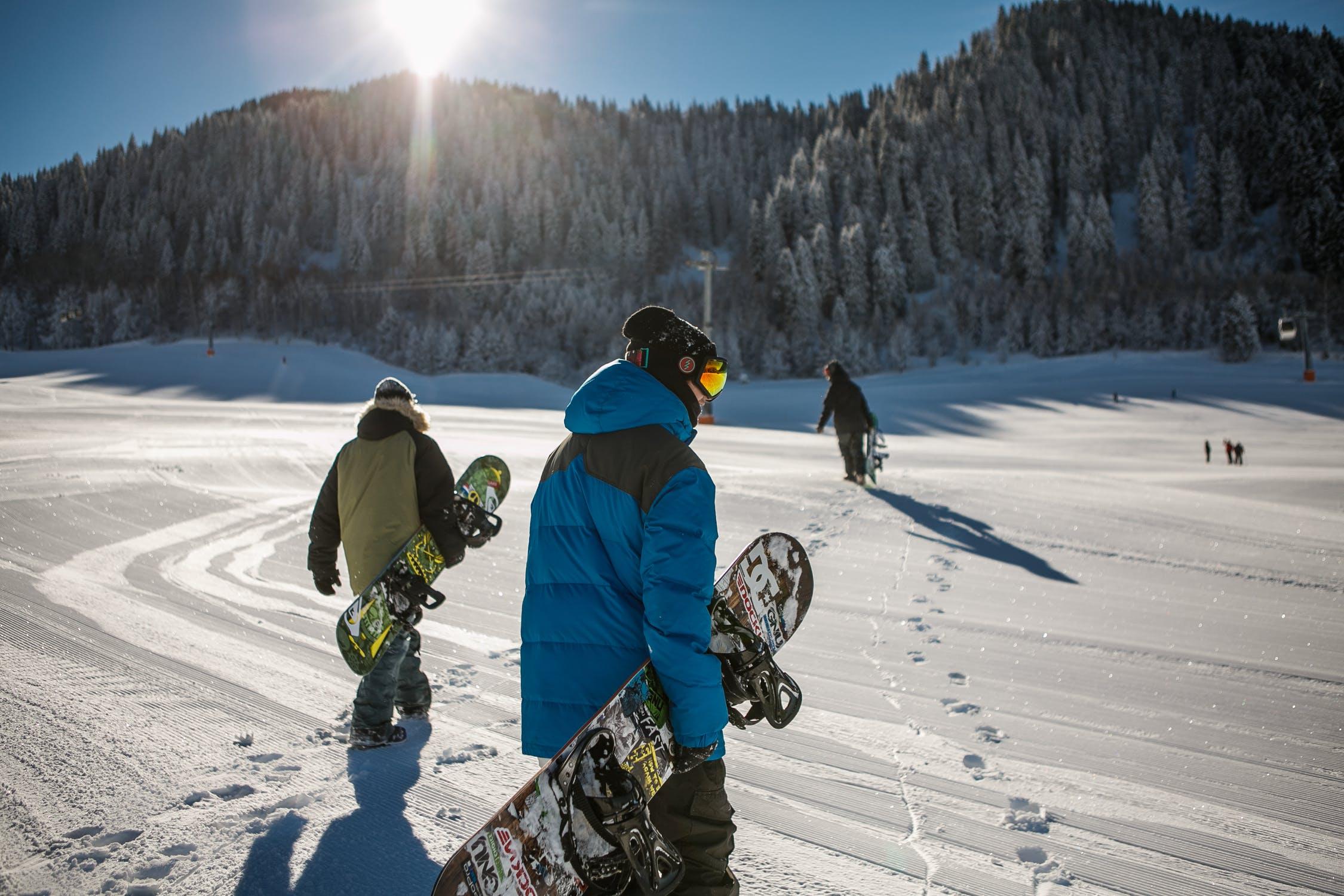 Snowboarders op de piste